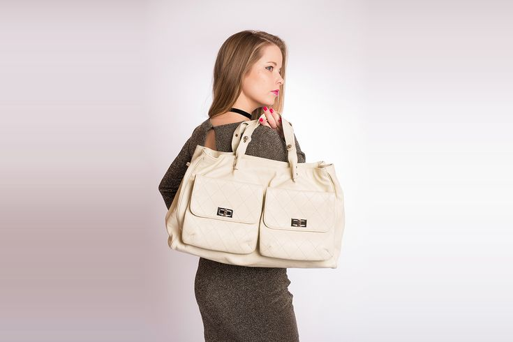 7022fe1b0677 Sac Chanel Cabas Pocket in the city mademoiselle Authentique d occasion en  cuir grainé couleur blanc cassé