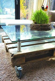 Table basse en palette avec plateau en verre surélevé  http://www.homelisty.com/table-basse-palette/
