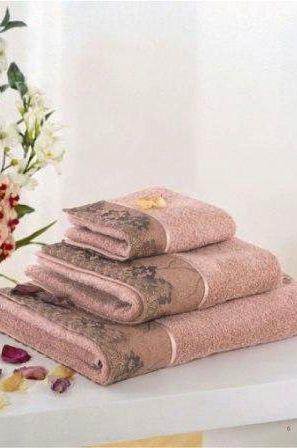 V darčekovom boxe nájdete malý uterák 32x50cm, klasický uterák 50x100cm a veľkú osušku 85x150cm.