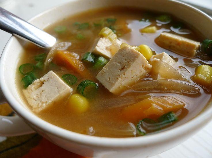 """La zuppa di miso, chiamata in giapponese misoshiru, è un piatto leggero che si prepara in pochi minuti. Il miso è un condimento molto utilizzato nella cucina giapponese per insaporire le pietanze e per la preparazione delle zuppe, viene ottenuto dalla fermentazione dei cereali (soia, orzo, riso). Il miso è... <a href=""""http://www.hosomaki.it/zuppa-di-miso-con-verdure-e-tofu/"""">Read More →</a>"""