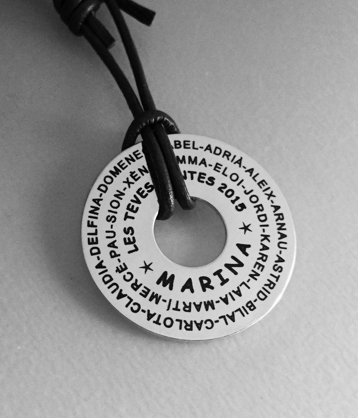 Joyas. Colgante ARO XL con cuero gris. Grabado personalizado, especial fin de curso con los nombres de los niñ@s, nombre de la profesora y año del curso. #joyasquehablandeti