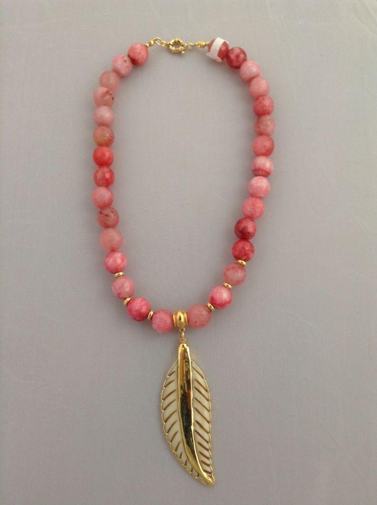 Collar ágata sandia con dije de pluma en hueso con oro electroplated de 24k.  benditas_tentaciones@yahoo.com