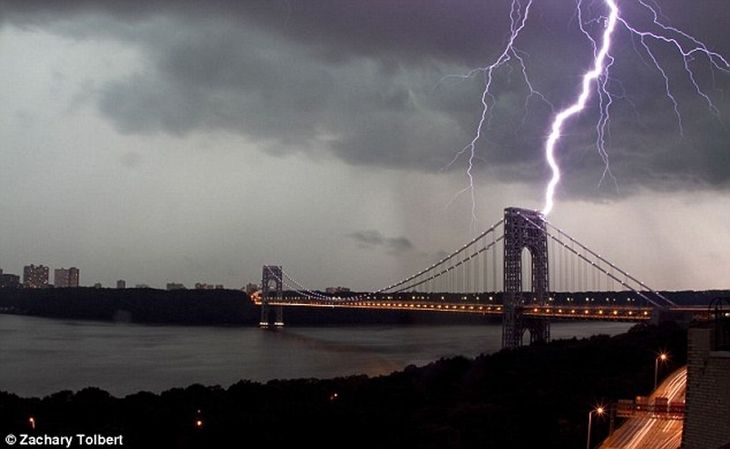 George Washington Bridge A famosa ponte da ilha de Manhattan não foi também perdoada pelo deus do trovão. A ponte conecta a Ilha de Manhatta...