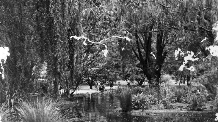 The duck pond in Cook Park, 1928. Photo:  The Collections of Central West Libraries.