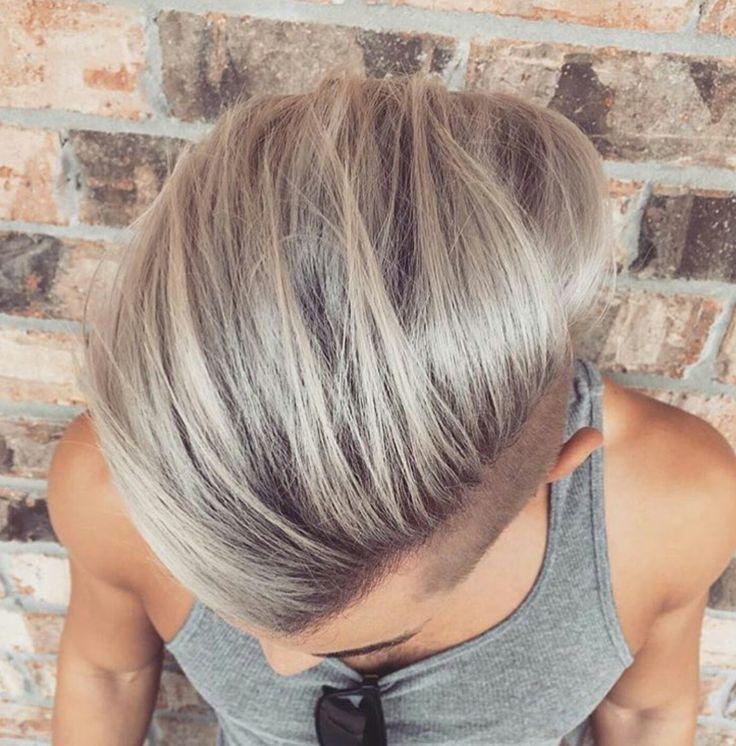 Ein paar stylische helle Strähnen werden Deinem Haar neuen Glanz verleien. Dein Haar sieht noch Frischer aus und verleit Deinem Undercut mehr Volume. Es scheint als fallen deine Haare so noch Rafinierter und Eleganter, selbst ohne Mattpaste oder Gel. !Follow @LNPHMHair for more!