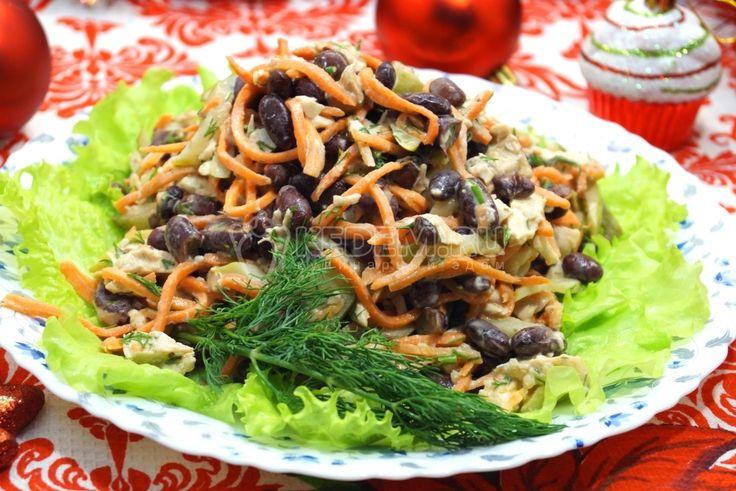 Пора начинать собирать в копилку рецепты новогодних салатов, чтобы потом не пришлось ломать голову, решая, что же приготовить на Новый год. Салат с фасолью и куриной грудкой не отнимет много времени, зато порадует вас своим вкусом.