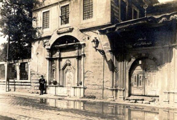 Nazperver Kalfa Sıbyan Mektebi, Fatih'de Küçüklanga Caddesi üzerinde yer alır. Sultan III. Selim'in kalfası Naz Perver Kadın tarafından 1792-1793 tarihinde yaptırılmıştır. Çeşmesi ve haziresi ile kendi bağımsız arsası içinde yer alan yapı, türünün en güzel bir örneklerinden biridir.