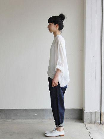 オーバーサイズのアイテムも、袖や裾をラフに捲って手首や足首を出すだけですっきりと見えますよ。