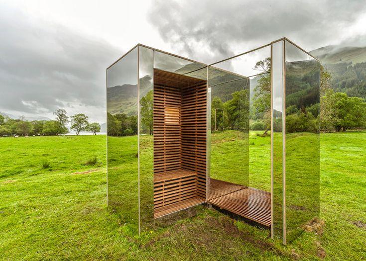 Mirrored cabin situated in a stunning Scottish glen. C'est une cabane en miroirs qui reflète le paysage autour d'elle. D'un certain point de vue on pourrait croire que le paysage continue sur la structure par rapport au fond.