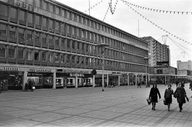 'De Lijnbaan was vroeger winkelen op stand. Het 'volk' kwam zaterdags etalages kijken, want het had geen geld. Rotterdammers van stand kochten er dure meubelen, goede sigaren of een nieuwe garderobe.' #lijnbaanrotterdam #shoppen #Rotterdam