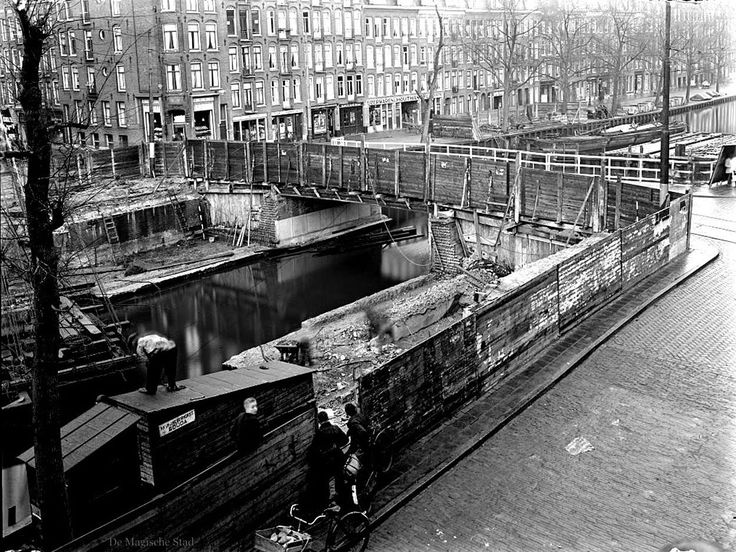 1934. A view of the Jacob van Lennepkade and Jacob van Lennepkanaal in Amsterdam-West and Jan Pieter Heijstraat during the renovation of the canal wall and the Jean Dulieubrug bridge. The Jean Dulieubrug connects the north and south-side of the Jan Pieter Heijstraat. The Jacob van Lennepkanaal was dug in 1886 and connects the Singelgracht with the Kostverlorenvaart. Photo Stadsarchief Amsterdam / Paul Guermonprez. #amsterdam #1934 #JacobvanLennepkade #JacobvanLennepkanaal