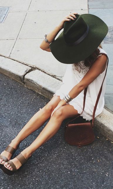 Say yes to saddlebags with white sundresses. Not crazy about felt hat, would pair with a large straw floppy hat.