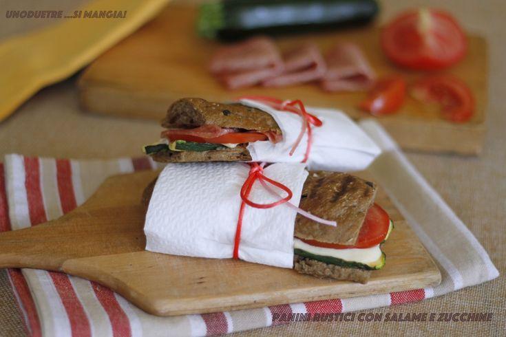 Vi capita mai di dire: stasera non cucino, ci facciamo un panino e via? Facce tristi? Provate questi panini farciti al salame e verdure e stupitevi di gusto