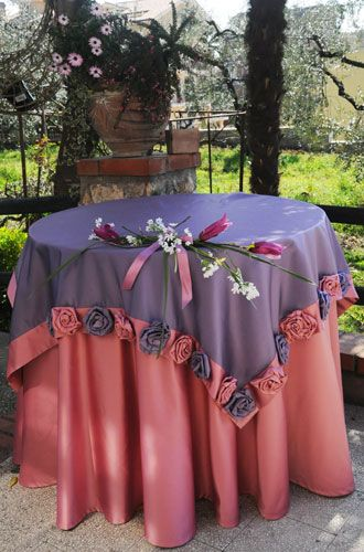 Satin tablecloth. Stain coverings front with handmade roses.  Size: Tablecloth: diameter 240 cm. Coprimacchia: cm175x175.  Washable at 30 °.