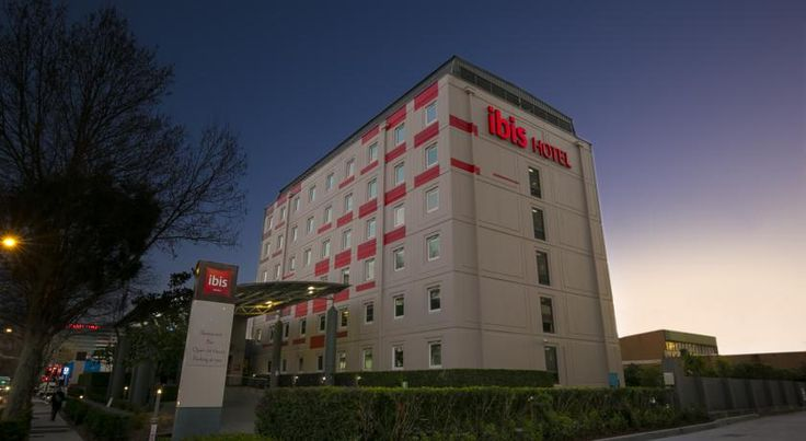 ibis Sydney Airport Sydney Located just 5 minutes' drive from Kingsford Smith International Airport and 1 km from the Sydney's Domestic Terminal, the 3.5-star ibis Sydney Airport offers comfortable rooms with an LCD TV, opening windows and cable channels.