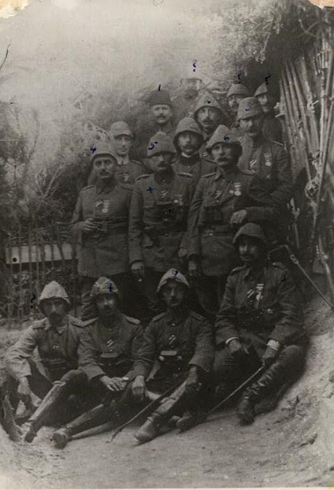 Arıburnu'nda 19. Tümen Komutanı Yarbay Mustafa Kemal ve silah arkadaşları...