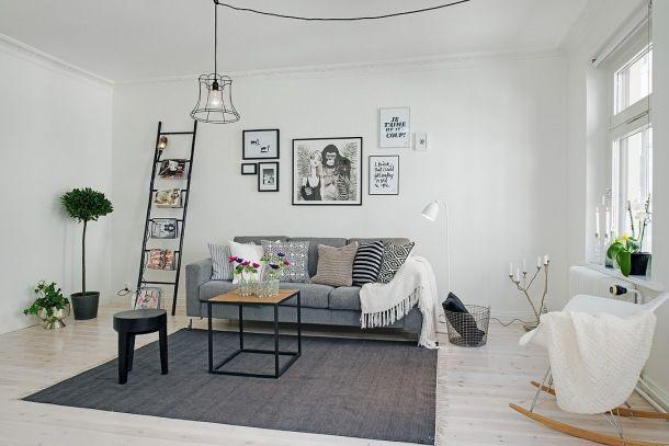 Druciana lampa druciany kosz szara sofa i czarna drabina w for Decoracion encima sofa