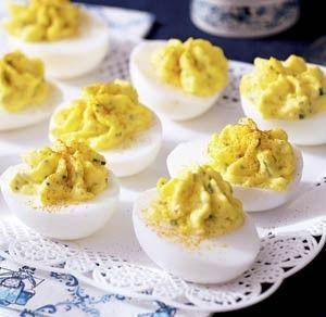 8 eieren hard koken, pellen, in de lengte halveren en eigeel eruit halen, Eigeel mengen met 1 eetlepel boter, 2 eetlepels mayonaise, 3 fijngesneden augurkjes, 1/2 ui fijngesneden, 1 eetlepel mosterd, peper en zout naar smaak. Ei(wit) hiermee vullen. Garneren met paprikapoeder.