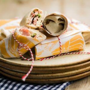 Wrap de peito de peru, ricota e rúcula  Ingredientes      6 pães folha ou sírios     200 grama(s) de peito de peru fatiado     200 grama(s) de ricota esfarelada     Rúcula a gosto     Azeite, sal e pimenta a gosto para temperar
