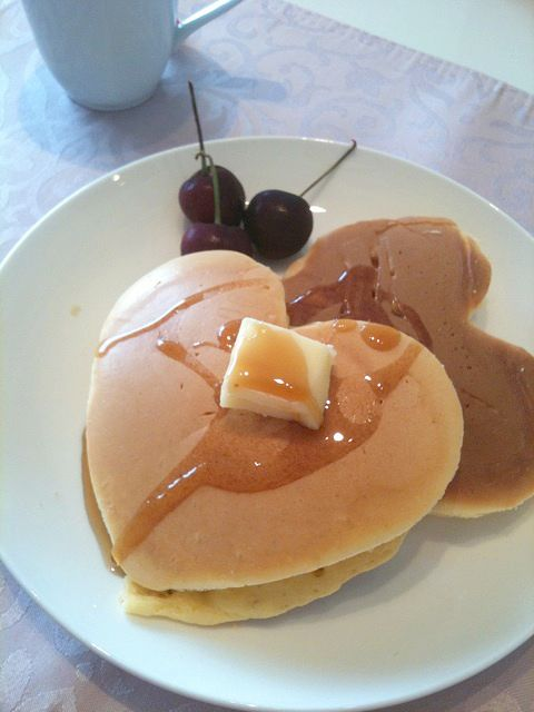 Heart-shaped pancakes by http://ameblo.jp/yuua0201/entry-10909672007.html