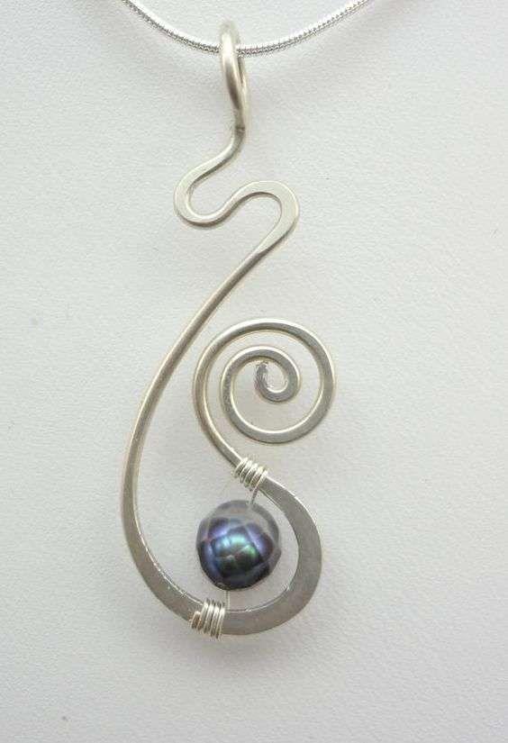 Anello a forma di fiore con tecnica wire