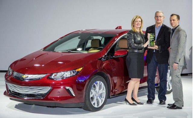 GM's Pam Fletcher and Josh Tavel accept Green Car Reports 2016 Best Car To Buy…