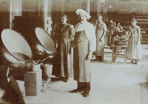 """HANNOVER * Sprengel Schokoladen Fabrik Bonbonherstellung 1901. Als Mittel gegen """"Magenkrampf, Bleichsucht + Blutarmuth"""" wurden die """"Sanitäts-Chocoladen"""". verkauft. Sprengel sollte zu einem Stück hann. Industriekultur werden, zu einer Traditionsfirma wie Bahlsen, Conti usw. Der Laden florierte: Der Kaufmann, der Röstmaschinen + Walzwerke teils selbst konstruierte, warb  damit werben, dass er einen """"tüchtigen französischen Chocolatier"""" in Diensten hatte. Deutsche Schokolade galt damals noch…"""