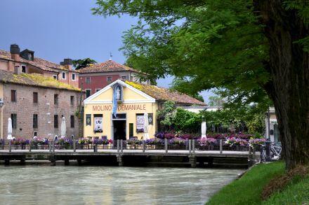 Il mercato dell'antiquariato di Dolo (Venezia) si tiene ogni quarta domenica del mese. L'occasione ideale per godersi una passeggiata lungo la Riviera del Brenta...