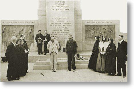 Afrikaners in 1938 voor die gedenknaald van die Vrouemonument tydens die eeufeesvieringe om die Groot Trek van honderd jaar tevore te gedenk