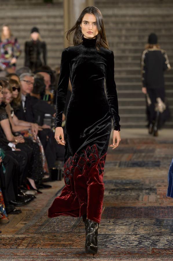 Retrouvez les photos du défilé Ralph Lauren Prêt-à-porter automne-hiver 2018 -2019, les meilleurs moments en vidéo, ainsi que les coulisses et les  détails du ... 7d385df250a