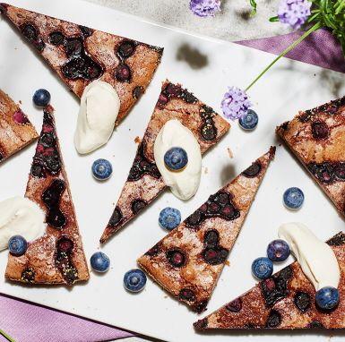 """Smarrig kladdkaka i ett jättegott, snabblagat recept med söta, friska blåbär och härlig choklad. En lite oväntad variation på temat """"vad ska jag hitta på med alla blåbär""""!<br><a href=""""http://www.ica.se/recept/kladdkaka/""""> Här hittar du fler härliga kladdkakerecept </a>."""