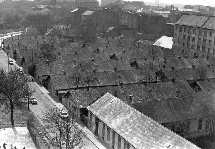 1975 Ernő utca és Telepy utca közötti házak a Haller utcai templom felé nézve.