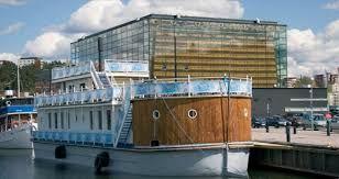 Aivan vesijärven rannassa on Sibeliustalo, lasikuorinen kongressi- ja konserttikeskus.  Korkea Metsähalli, yhdistää suuren salirakennuksen viime vuosisadan alun Puusepäntehtaaseen. Sibeliustalon rantahallissa sijaitsee myös viihtyisä ravintola.