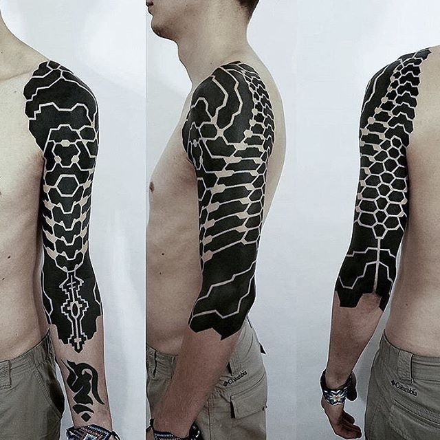 Advanced ish by @brandon_crone . Something like blackwork biomechanic neotribal. Love it. #ttt #tattooing #tattoo #contemporarytattooing #sangbleu #tatouage #inked #sangbleumagazine #TTTpublishing www.sangbleu.club/shop/publications/
