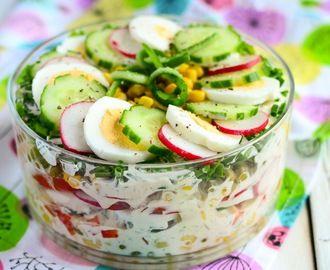 Wiosenna sałatka warstwowa z sosem jogurtowym