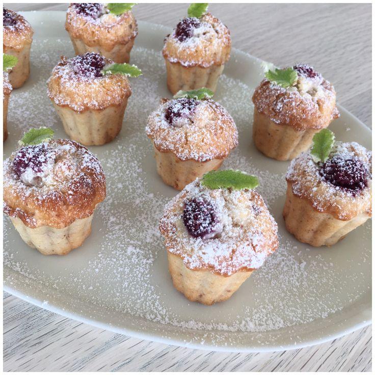 Det er ved at være sidst på hindbærsæsonen og jeg har idag bagt små hindbærmuffins som efterhånden er blev en fast tradition.