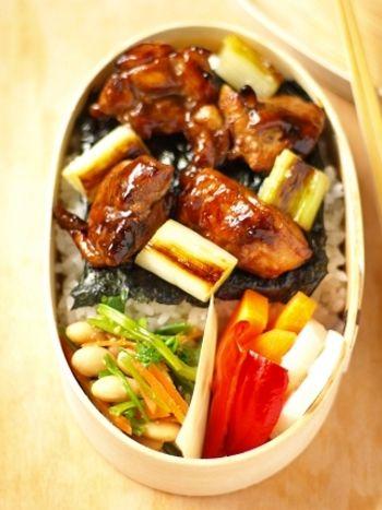 海苔を敷いたごはんの上に鶏肉とネギをのせたねぎま丼。丼だけでもいいですが、少しだけ副菜を入れると彩りも良くなって野菜も摂れるので◎。