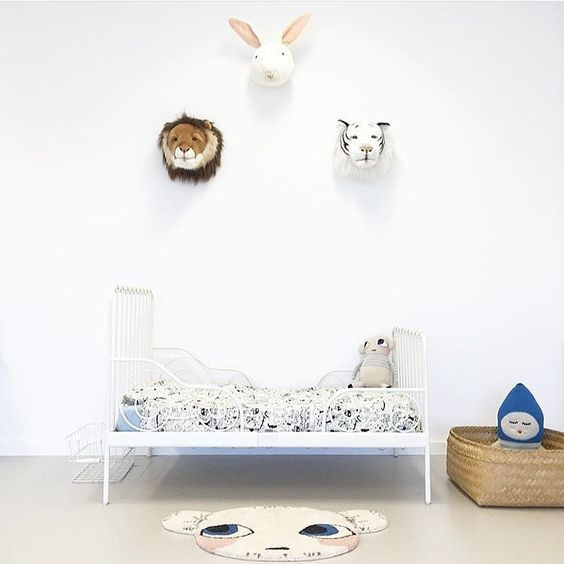 Here's a selection of minimal kids rooms. This post shares all the essential elements to create a charming, warm (and no boring) minimalistic childrens bedroom