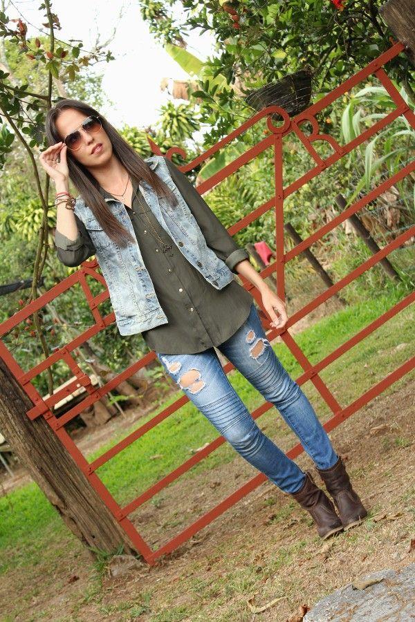 jeans-rotos-y-chaleco-de-mezclilla