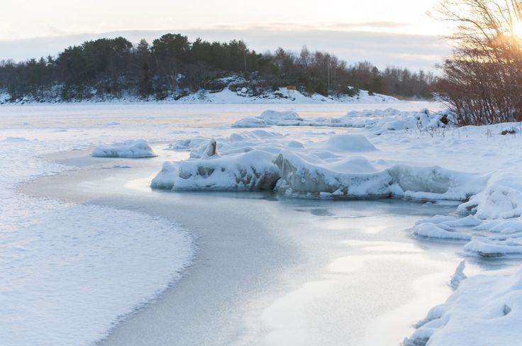 Séjour hivernal dans les îles Åland en Finlande (Detour Local) -> La glace au bord de l'eau qui donne un aperçu très visuel du froid intense des environs www.detourlocal.com/sejour-hivernal-iles-aland-finlande/