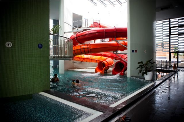 This is the Thermal Spa Siklós in Hungary, with it's curvy path. Would you try it 😉? In this table you can find a lot of other water slides if you are looking for someting more extreme. #waterslidelife #waterslider #waterparklife