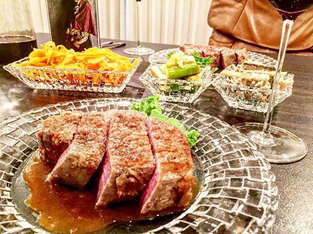 パレルモには肉ー♡ カベルネソーヴィニヨンには肉ー♡ * 何を盛っても美味しく見える魔法のお皿♡ ほぼ毎日使う大事なかわいいお皿たち♡ なつこ、いつもありがとー♡🎁♡ * #wine #winetasting #winelover  #palermo #cabernetsauvignon #california #napavalley  #beef #plate #present #肉 #ワイン #赤ワイン #パレルモ #ナパバレー #カリフォルニア #野菜 #オイシックス#オーガニック