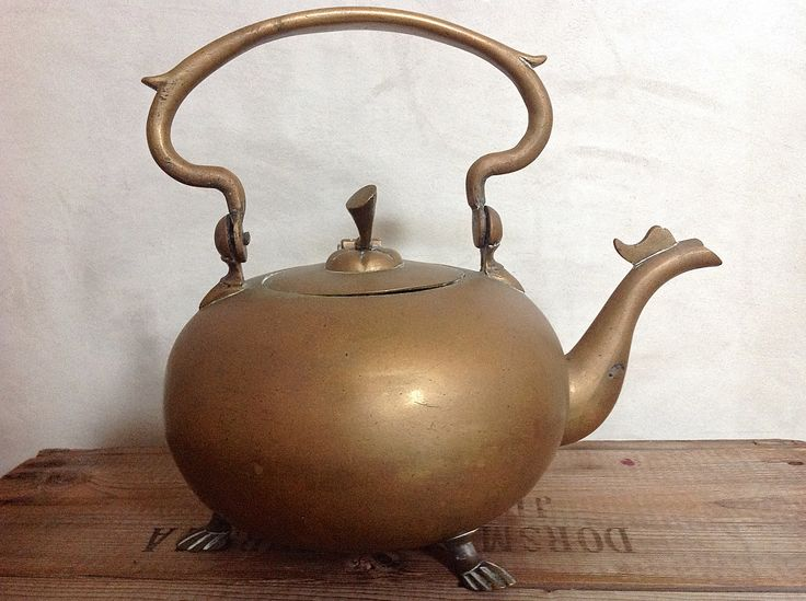 Te koop: Appelketel, mooi brons - 2e helft 20e eeuw. Apart model bronzen ketel op drie pootjes met een appelsteeltje als afwerking op het deksel. Mooie zware ketel met een mooie patin die het metaal een natuurlijke kleur en glans geeft.
