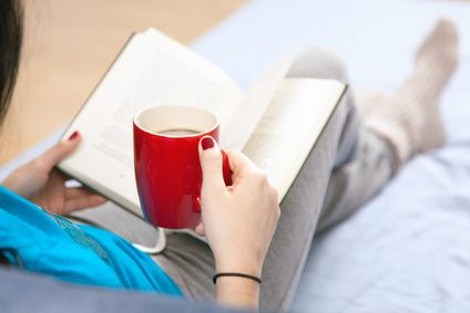 Lekker op de bank met een goed boek en een kop thee
