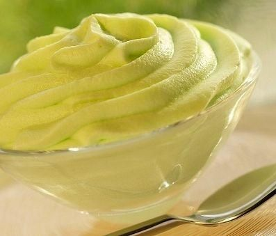 INGREDIENTI: 200 gr.di pistacchi tritati finemente. 70gr. di zucchero 150gr. di panna montata 3 uova Preparare la mousse ,montando a neve fermissima gli al