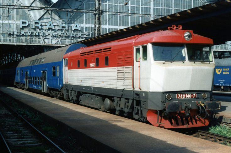 https://flic.kr/p/SYhPLU | ČD 749 146-7 te Praha hlavní nádraží op 5-5-1995 (SCAN) | In 1995 bezocht ik voor school de prachtige stad Praag. Gelukkig was er tussendoor wat tijd om op de hoofdstations van Praag foto's te nemen. Tegenwoordig is het nog steeds interessant om er foto's te nemen, maar in die tijd reed er nog meer afwisseling.  Mooi in het zonnetje staat Batotka ČD 749 146-7 met een lokale trein naar Dobríš te wachten voor de mooie stationshallen van Praha-Hlavní Nádrazí. De foto…