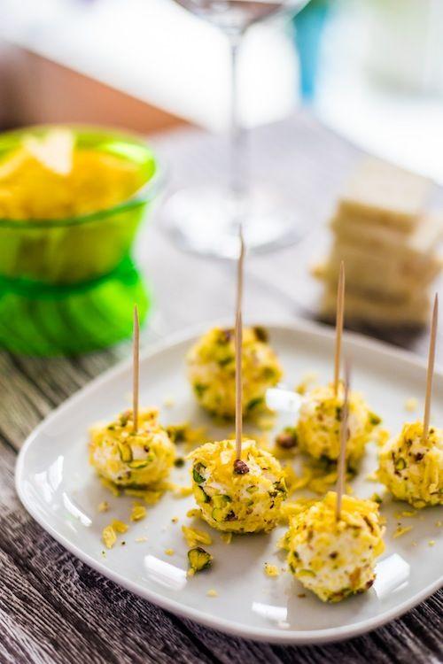 La ricetta per preparare delle palline di formaggio ricoperte di granella di pistacchi e patatine per un aperitivo semplice, veloce e sfizioso.