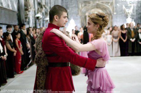 Still of <a href='/name/nm0914612/?ref_=m_ttmi_mi_tt'>Emma Watson</a> and <a href='/name/nm1648506/?ref_=m_ttmi_mi_tt'>Stanislav Ianevski</a> in <a href='/title/tt0330373/?ref_=m_ttmi_mi_tt'>Harry Potter e il calice di fuoco</a> (2005)