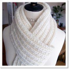 Pour ceux qui voudraient essayer de tricoter cette écharpe rien de plus simple. Il suffit de monter un nombre de mailles multiple de 3 et de tricoter tous les rangs de la façon suivante: 2 mailles à l'endroit, une maille à l'envers et on continue ainsi jusqu'à la fin du rang.