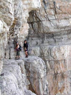 Alpen: Die wagemutig in den Fels gehauenen und weit verzweigten Routen in den Brenta-Dolomiten (hier am Sentiero di Bocchette Centrale, Route 305) wurden ...